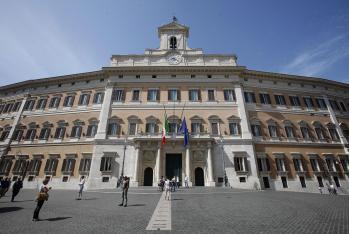 Bandiere a mezz'asta a Palazzo Montecitorio, Roma 19 maggio 2012. ANSA/ALESSANDRO DI MEO