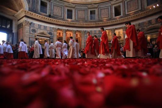 371534 Lancio di petali di rosa al Pantheon in occasione della Pentecoste